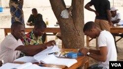 Panitia pemilihan presiden beberapa hari lalu (8/3) mempersiapkan berlangsungnya pemilu di Yenawa.