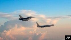 台灣國防部公佈的資料照顯示一架台灣軍機與大陸戰機近距離並飛。(2018年5月28日)