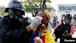 Một người biểu tình bị thương trong cuộc tuần hành ở Caracas chống tổng thống Venezuela, 22/7/2017.