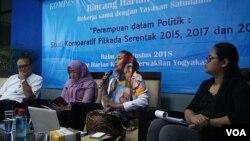 Forum diskusi tentang perempuan dan politik di Yogyakarta, Rabu (15/8). Dari kiri: Bambang Sumantri (moderator), Rany Widayati (Ketua Kaukus Perempuan DPRD DIY), Dewi Chandraningrum (mantan Pimred Jurnal Perempuan), dan Kristin Viri (Yayasan Satunama). (Foto:VOA/Munarsih Sahana).