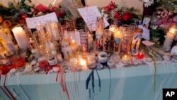 Warga memberikan penghormatan kepada korban tewas di SMU Marjory Stoneman Douglas dengan bunga dan lilin pasca penembakan di Parkland, Florida (foto: ilustrasi).