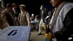 Nhân viên bầu cử Afghanistan chuẩn bị các hòm phiếu và các tài liệu để giao cho các địa điểm bầu cử ở Afghanistan, ngày 3/4/2014.
