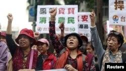 Các nhà hoạt động biểu tình phản đối hiệp định thương mại với Trung Quốc tại Đài Bắc, ngày 1/4/2016.