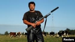 Noel Womersley dari rumah jagal Canterbury Homeskill, membawa senapan berburu, Sako 85, miliknya di peternakannya di luar Kota Christchurch, Selandia Baru, 28 Maret 2019.