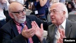 힉스 입자를 발견한 영국의 피터 힉스(오른쪽)와 벨기에의 프랑수아 앙글레르 박사가 올해 노벨 물리학상을 수상했단. 사진은 지난해 7월 힉스 입자 관련 세미나에 참석한 두 수상자.