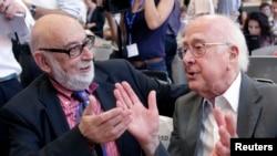 英国物理学家希格斯(右)和比利时物理学家恩格勒