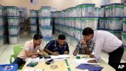 Petugas pemilihan parlemen Irak menghitung suara di Baghdad, Irak, Rabu, 14 Mei 2014.
