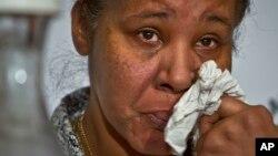 Bà Esaw Snipes, vợ của nạn nhân Eric Garner, lau nước mắt khi nói về sự tàn bạo của cảnh sát. (AP Photo/Bebeto Matthews)