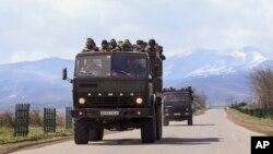 داوطلبان ارمنی پشت یگ کامیون کاماز به سمت خط مقدم درگیری ها در قره باغ می روند - دوشنبه