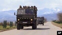 4일 아제르바이잔의 아르마니아계 무장대원들이 군용 트럭에 타고 나고르노-카라바흐 전선으로 이동하고 있다.