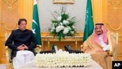 وزیر اعظم عمران خان سعودی فرمانروا شاہ سلمان کے ساتھ۔ (فائل)