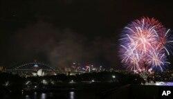 Kembang api raksasa terlihat mewarnai wilayah sekitar Harbor Bridge dan Gedung Opera di Sydney, Australia menyambut datangnya Tahun Baru 2014 (31/12).