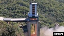 북한이 서해위성발사장에서 '신형 정지위성 운반 로켓용 대출력 엔진'의 지상 분출 시험을 실시했다고, 지난달 20일 조선중앙통신이 보도했다. (자료사진)
