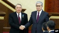 قاسم جومرت توکایف (راست) کفیل ریاست جمهوری قزاقستان شد.