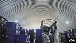 Petugas KPU Afghanistan memasukkan kotak-kotak dan perlengkapan pemilu ke dalam sebuah truk di Kabul, 14 September 2010.