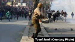 سری نگر میں نوجوان پولیس پر پتھراؤ کر رہے ہیں۔ فائل فوٹو