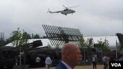 俄羅斯總統普京乘直升機抵達展覽場地參加開幕式 (美國之音白樺)