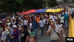 La oposición venezolana también marchó para pedir por la liberación de los presos políticos. Foto: Álvaro Algarra/VOA.