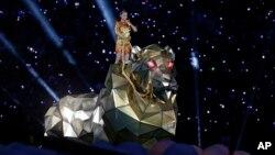 Penyanyi Katy Perry tampil dalam paruh waktu pertandingan final sepakbola NFL Super Bowl XLIX (1/2) di Glendale, Arizona. (AP/Michael Conroy)
