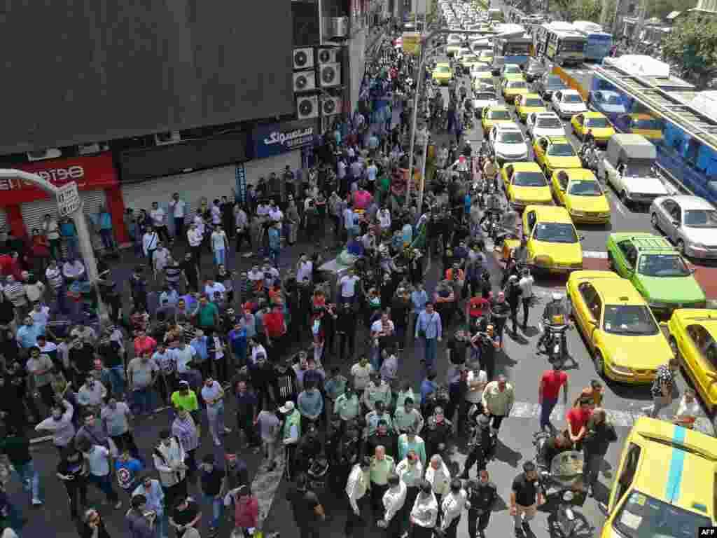 بازاریان و کسبه در تهراندر اعتراض به نابسامانی بازار ارز، گرانی، رکود و سردرگمی مشتریاندست به اعتصاب و تجمع اعتراضی زدند.