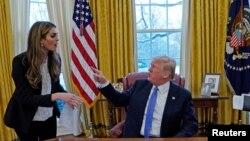 prezidan ameriken an, Donald Trump pandan li tap pale ak konseye li Hope Hicks (L) . Madam Hicks gen 29 van sou tèt li e li se te pi jèn chèf kominikasyon Lamezon Blanch. Washington, Etazini 17 janvye 2018.
