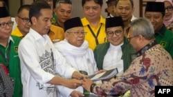 Presiden Joko Widodo dan Cawapres KH Maruf Amin, saat menyerahkan dokumen pendaftaran Capres-Cawapres ke KPU di Jakarta, 10 Agustus 2018.