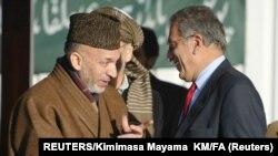 Američki pregovarač Zalmaj Kalilzad sa bivšim predsednikom Avganistana Hamidom Karzaijem. REUTERS/Kimimasa Mayama KM/FA