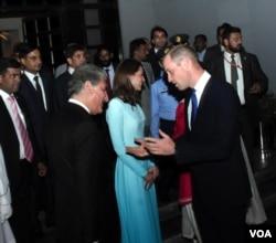 شہزادہ ولیم شاہ محمود قریشی سے گفتگو کر رہے ہیں