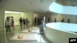 Prva retrospektiva Li Ufana u SAD postavljena je u rotundi Gugenhajm muzeja.