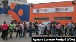 En algunos establecimientos los consumidores conocen cuándo llegarán camiones con mercancía y se organizan para hacer las filas ese día.