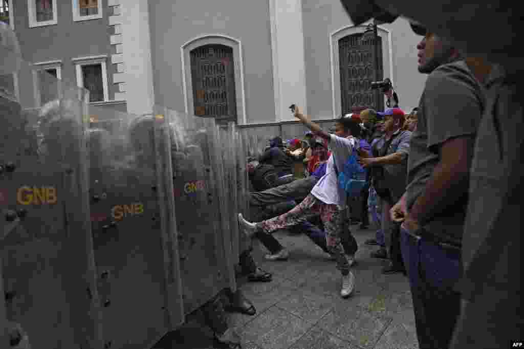 ក្រុមអ្នកគាំទ្ររដ្ឋាភិបាលវេណេស៊ុយអេឡាប៉ះទង្គិចជាមួយនឹងប៉ូលិសបង្រ្កាបបាតុកម្មមុនពេលប្រជុំសភានៅក្រុងការ៉ាកាស។ ក្រុមប្រឆាំងបានដាក់សម្ពាធបន្ថែមទៅលើប្រធានាធិបតីលោក Nicolas Maduro តាមរយៈការធ្វើបាតុកម្មធំៗ ការប្រកាសផែនការបាតុកម្ម និងការទាមទារឲ្យមានការកែប្រែច្បាប់មួយចំនួន។