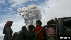 Warga desa Aman Tera, kabupaten Karo dievakuasi dengan truk saat Gunung Sinabung menyemburkan lava November 2013. (Reuters/YT Haryono)
