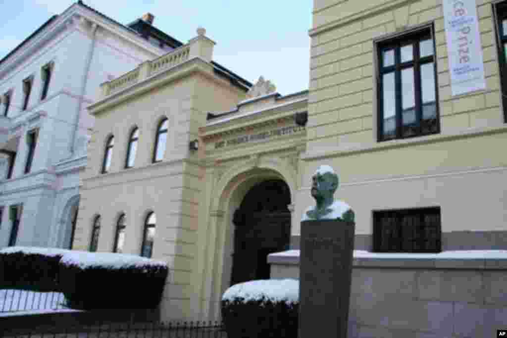 挪威诺贝尔研究所楼前的阿尔弗雷德.诺贝尔像