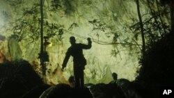 Un sécouriste essaie de pénétrer les grottes dans lesquelles 12 enfants ont été piégés, Thaïlande, le 2 juillet 2018