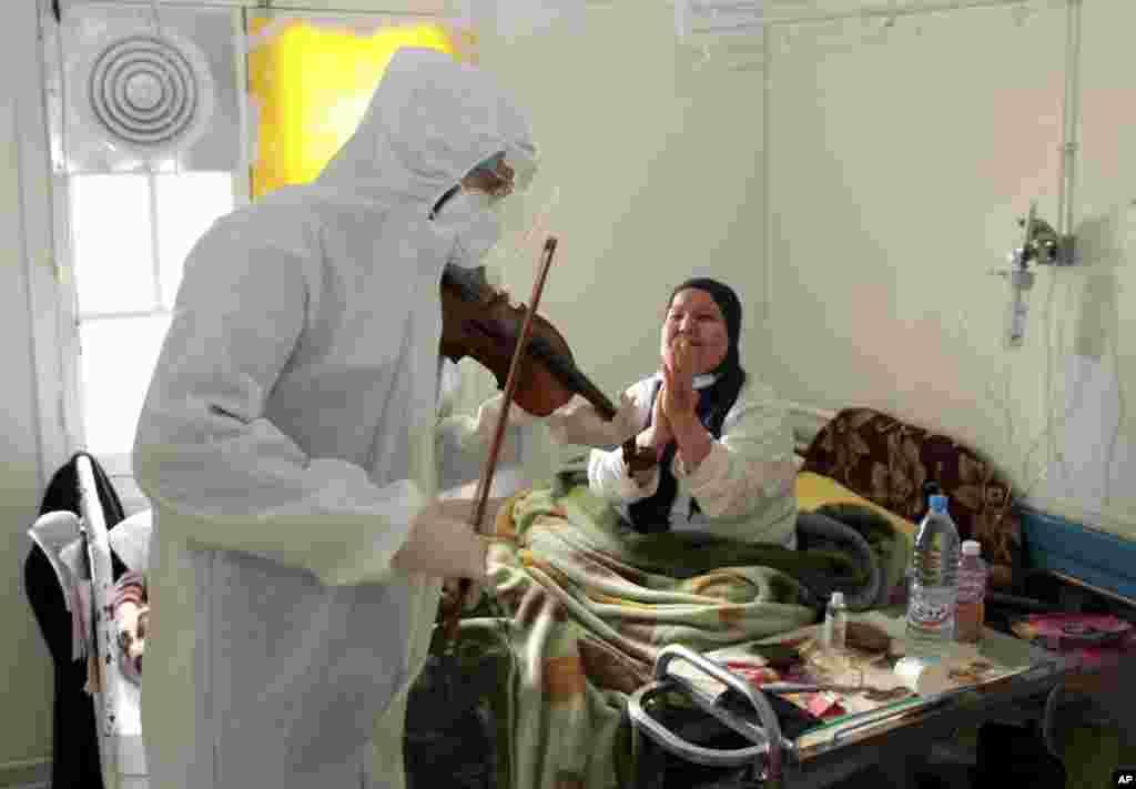 Tunis - Doktor Məhəmməd Salah Siala ölkənin şərqində Sfaks şəhərinin xəstəxanasında COVID-19 xəstəliyinə tutulmuş xəstələrin müalicə edildiyi palatada xəstələr üçün skripkada musiqi ifa edir.