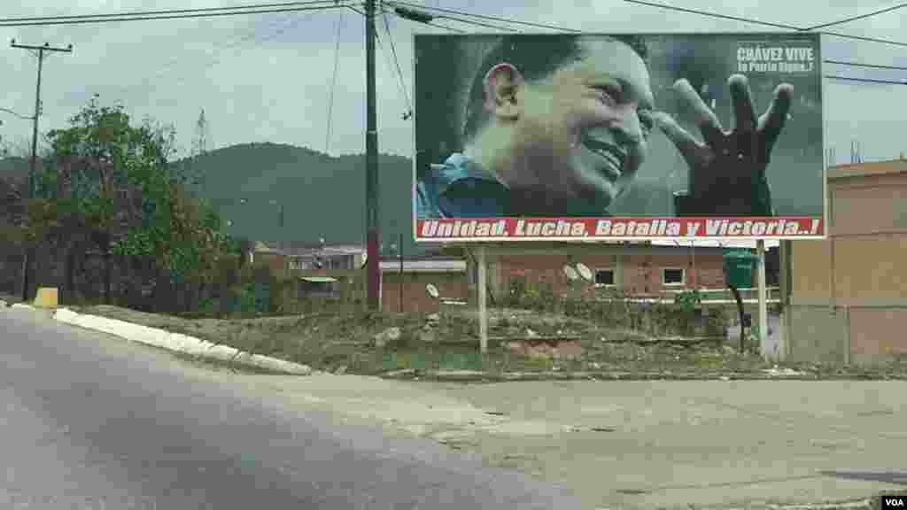 Gobierno venezolano exalta permanentemente la imagen del ex presidente Hugo Chávez emitiendo mensajes de continuidad administrativa. [Foto: Carolina Alcalde/VOA]