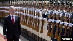 马蒂斯2018年6月27日在中国国防部大楼前检阅三军仪仗队