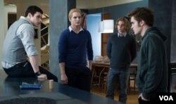 Belum ada kabar apakah para pemeran vampir lainnya dalam serial Twilight ini, seperti (dari kiri ke kanan) Kellan Lutz, Peter Facinelli dan Jackson Rathbone, juga keturunan vampir sungguhan.