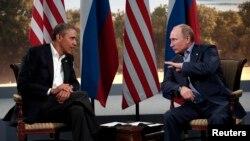 Tòa Bạch Ốc đã hủy bỏ cuộc họp thượng đỉnh giữa Tổng thống Barack Obama và Tổng thống Nga Vladimir Putin. Một trong những lý do được đưa ra là Nga cấp quy chế tị nạn tạm thời cho Edward Snowden, cựu nhân viên tình báo đang bị Mỹ truy nã về tội gián điệp