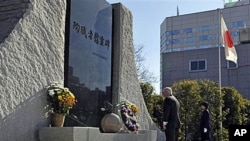 盖茨在日本防务省向纪念碑献花圈