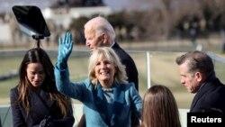 Jill Biden melambai setelah suaminya, Joe, dilantik sebagai presiden AS ke-46 di Capitol AS di Washington, 20 Januari 2021. (Foto: Reuters)
