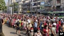 En esta imagen tomada de un video, una multitud de manifestantes marchan por Rangún, Birmania, el 6 de febrero de 2021.