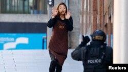 지난 15일 호주 시드니의 한 카페에서 인질극이 벌어진 가운데, 탈출한 인질 한 명이 경찰 쪽으로 향하고 있다.