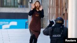 지난 15일 호주 시드니의 한 카페에서 이슬람 과격분자에 의해 인질로 붙잡혀 있던 여성이 탈출에 성공해 경찰쪽으로 다가오고 있다.