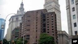 Dos oficiales correccionales responsables de vigilar a Jeffrey Epstein la noche en que se suicidó en el Centro Correccional Metropolitano han sido acusados de falsificar los registros de la prisión.