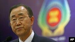 ເລຂາທິການໃຫຍ່ອົງການສະຫະປະຊາຊາດທ່ານ Ban Ki-moon ທີ່ກອງປະຊຸມຖະແຫຼງຂ່າວໃນລະຫວ່າງກອງ ປະຊຸມສຸດຍອດ ເອເຊຍຕາເວັນອອກທີ່ເກາະບາຫຼີ ປະເທດອິນໂດເນເຊຍ (19 ພະຈິກ 2011)