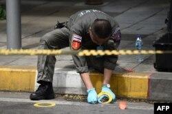 Seorang polisi malakukan investigasi di Bangkok, Thailand, 2 Agustus 2019.
