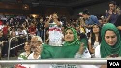 حامیان تیم ملی والیبال ایران در حال تشویق این تیم در ایالت کالیفرنیای آمریکا