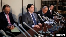 Mark Karpeles (2nd L), chief executive of Mt. Gox, attends a news conference at the Tokyo District Court in Tokyo, Japan, Feb. 28, 2014.