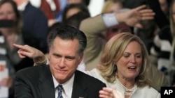 1月10号晚上,前麻萨诸塞州州长罗姆尼在新罕布什尔州共和党总统预选中获胜后和夫人向支持者们致意。
